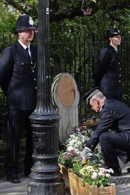 Tribute | Met boss lays wreath. (Image | Google)